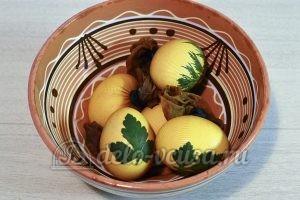 Пасхальные яйца с листочками: Красим яйца