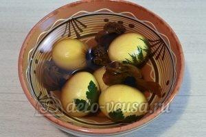 Пасхальные яйца с листочками: Остудить яйца
