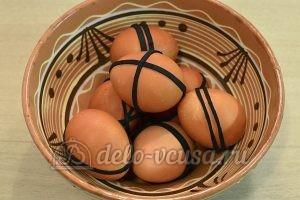 Пасхальные яйца в полоску: Окрашенные яйца вынуть из раствора