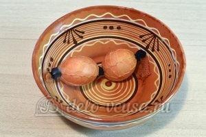 Пасхальные яйца в сетку: Окрасить яйца