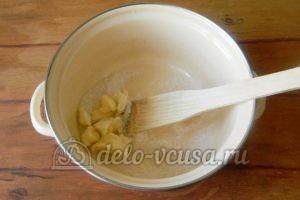 Пирог с ананасами: Соединить сахар и масло