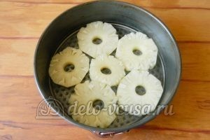 Пирог с ананасами: На дно формы кладем кольца ананаса