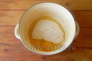 Пирог с ананасами: Соединить яйца и сахар