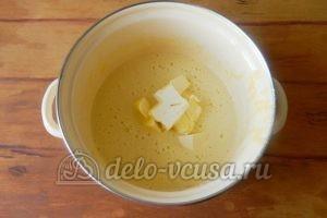 Пирог с ананасами: Добавить сливочное масло