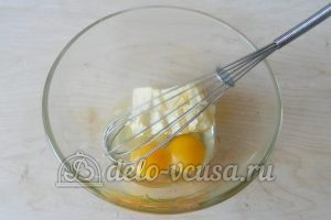 Пирог с яблоками и ягодами: Соединить яйца и масло