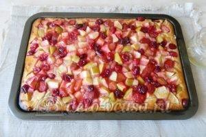 Пирог с яблоками и ягодами: Полить пирог заправкой