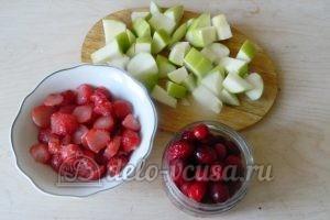 Пирог с яблоками и ягодами: Подготовить начинку