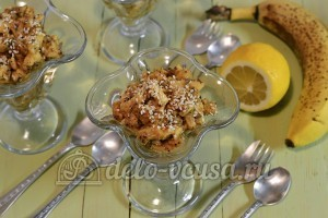 Фруктовый десерт: Раскладываем десерт по креманкам и посыпаем кунжутом