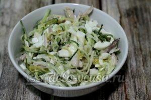 Салат Гнездо глухаря с мясом: Заправить салат