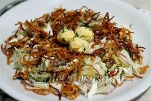 Салат Гнездо глухаря с мясом: Сервировать картошкой