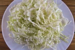 Салат из пекинской капусты и кукурузы: Порезать капусту