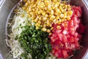 Салат из пекинской капусты и кукурузы: Добавляем кукурузу