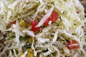 Салат из пекинской капусты и кукурузы: Салат перемешать
