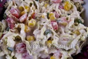 Салат из пекинской капусты и кукурузы: Салат заправить