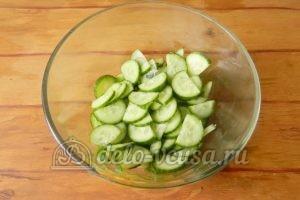 Салат из редиски и огурцов: Порезать огурцы