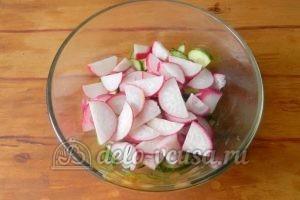 Салат из редиски и огурцов: Порезать редиску