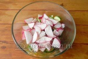 Салат из редиски и огурцов: Добавить соль