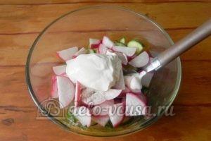 Салат из редиски и огурцов: Добавить сметану