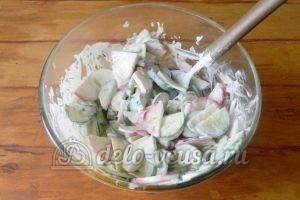 Салат из редиски и огурцов: Хорошо перемешать