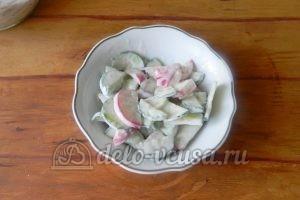 Салат из редиски и огурцов: Сервировать