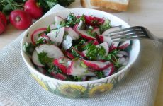 Салат из редиски и зелени