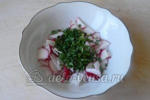 Салат из редиски и зелени: Измельчить петрушку