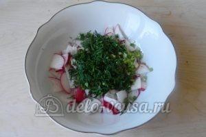 Салат из редиски и зелени: Измельчить укроп