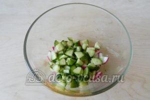 Салат с редиской, огурцом и помидором: Огурцы и редиску измельчить