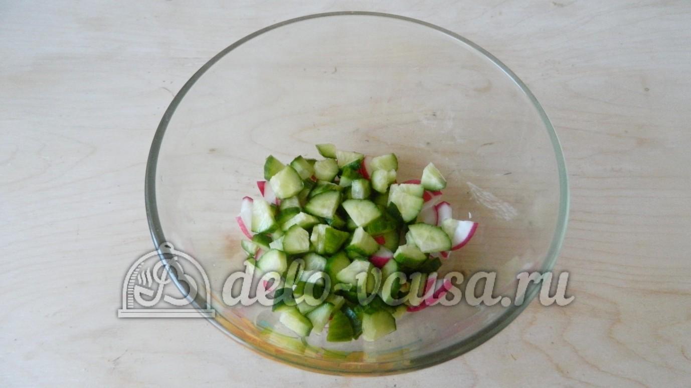 салат с огурцом и помидором и ветчиной