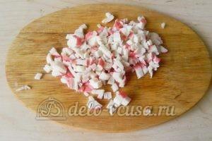 Салат с крабовыми палочками и морковью: Нарезать крабовые палочки кубиками