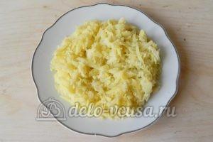 Салат с крабовыми палочками и морковью: Натереть картошку