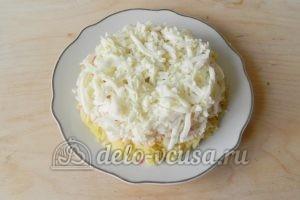 Салат с крабовыми палочками и морковью: Кладем слой из натертых белков