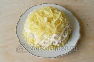 Салат с крабовыми палочками и морковью: Кладем слой картошки