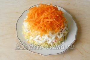 Салат с крабовыми палочками и морковью: Кладем слой морковки