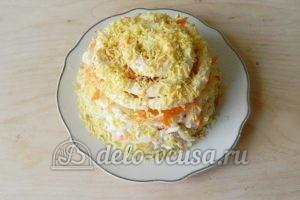 Салат с крабовыми палочками и морковью: Украсить желтком