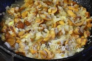 Салат с опятами и сыром: Добавляем к луку замороженные опята