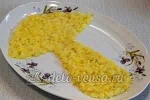 Салат с опятами и сыром: Натираем отварной картофель и выкладываем на блюдо в форме гриба