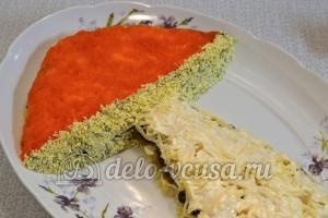 Салат с опятами и сыром: Украшаем салат желтками
