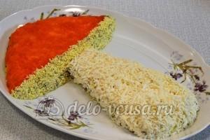 Салат с опятами и сыром: Украшаем натертым белком ножку гриба