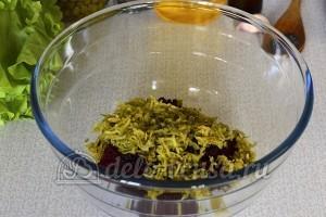 Салат со свеклой и горошком: Натираем маринованные корнишоны