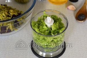 Салат со свеклой и горошком: Помещаем листья салата в чашу блендера