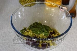 Салат со свеклой и горошком: Измельчаем салат и добавляем к остальным ингредиентам