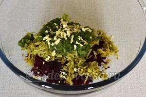 Салат со свеклой и горошком: Мелко режем чеснок