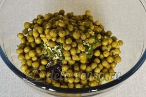 Салат со свеклой и горошком: Добавляем смесь перцев и черную соль