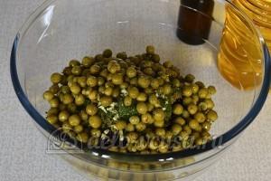 Салат со свеклой и горошком: Заправляем подсолнечным и льняным маслом
