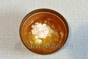 Сметанник с изюмом: Добавляем сахарную пудру и ванилин
