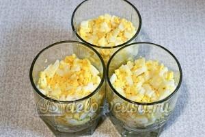 Свекольный салат с яйцом и сыром: Отвариваем яйца и мелко нарезаем в салат