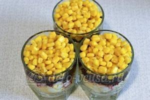 Свекольный салат с яйцом и сыром: Смазываем майонезом и выкладываем кукурузу
