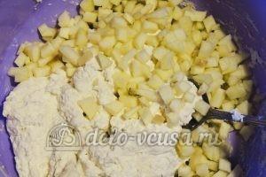 Сырники с яблоками: Перемешать яблоки и тесто