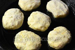 Сырники с курагой: Жарим сырники